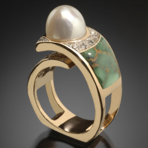 Gold ring with pearl and inlay